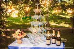 Пирамида из бокалов с шампанским 1