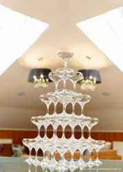 Пирамида из бокалов с шампанским 3